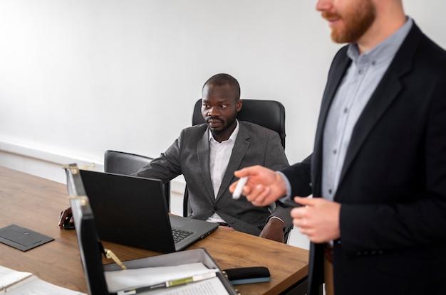 Uitvoerende mens die laptop bekijkt