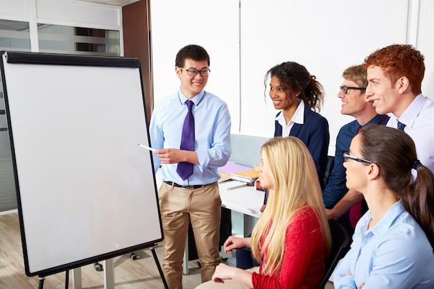 Uitvoerende zakenman presentatie kantoor team