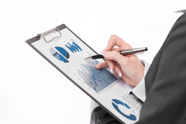 Uitvoerende zakenvrouw die financiële gegevens bestudeert