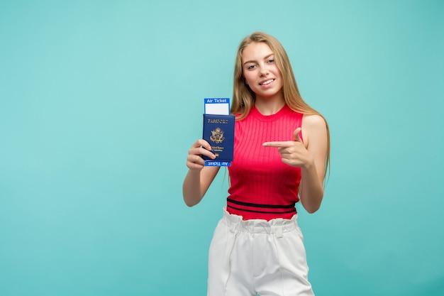 Uitwisseling leerconcept. studio portret van mooie jonge student vrouw met paspoort