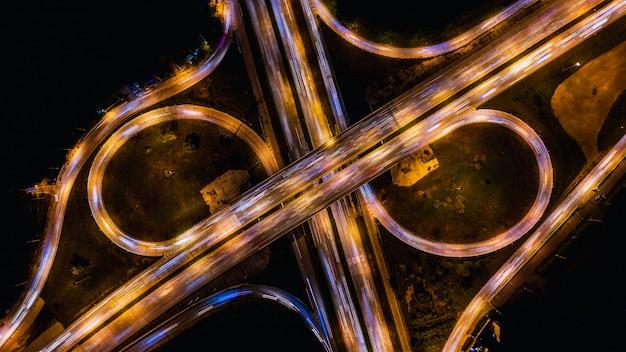 Uitwisseling ringweg snelweg snelweg en snelweg die het stadsvervoer verbindt