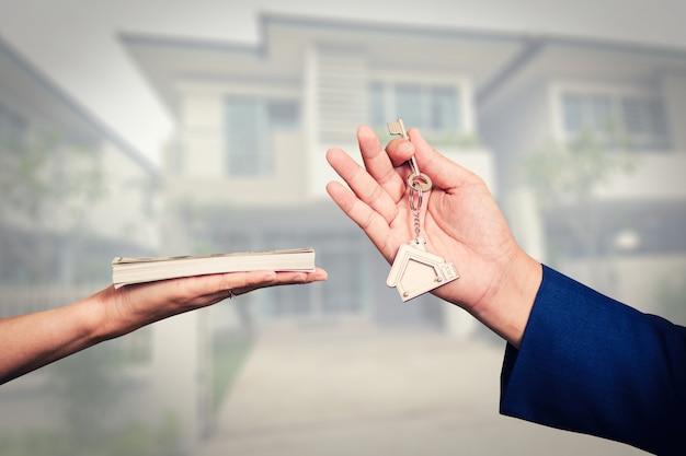 Uitwisseling van geld voor de sleutels van het huis