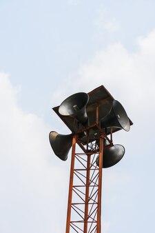 Uitzending of megafoontoren voor de aankondiging met blauwe lucht en wolkenachtergrond
