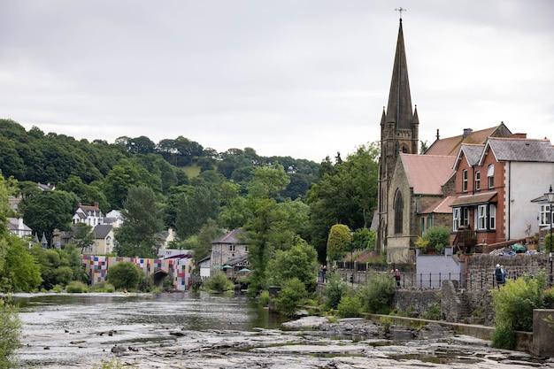 Uitzicht langs de rivier de dee in llangollen, wales