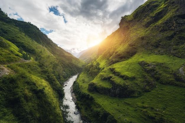 Uitzicht met geweldige himalaya-bergen bedekt groen gras