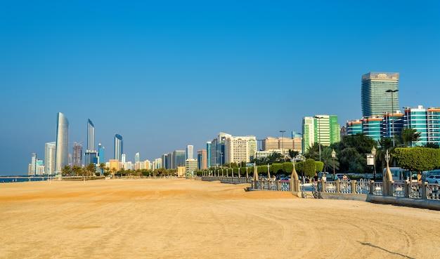 Uitzicht op abu dhabi vanaf het openbare strand