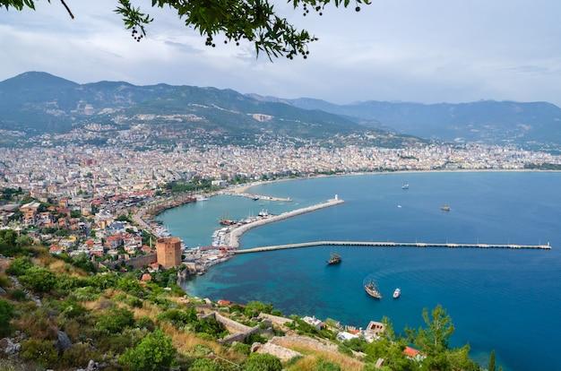 Uitzicht op alanya en kyzil kule vanaf het fort van alanya. turkije