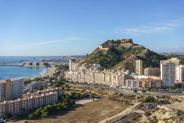 Uitzicht op alicante vanaf serra grosa op een zonnige dag.