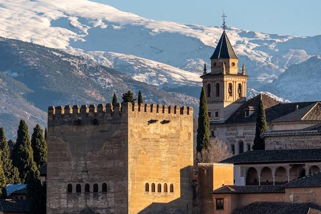 Uitzicht op arabische vesting alhambra 's avonds in granada, spanje