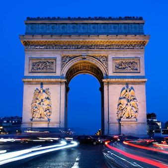 Uitzicht op arc de triomphe 's nachts, parijs