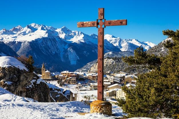 Uitzicht op aussois dorp en kruis, frankrijk