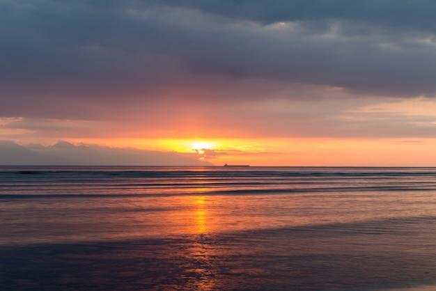 Uitzicht op bali eiland bij zonsondergang