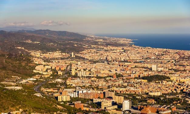 Uitzicht op barcelona vanaf de top van de sagrat cor-tempel