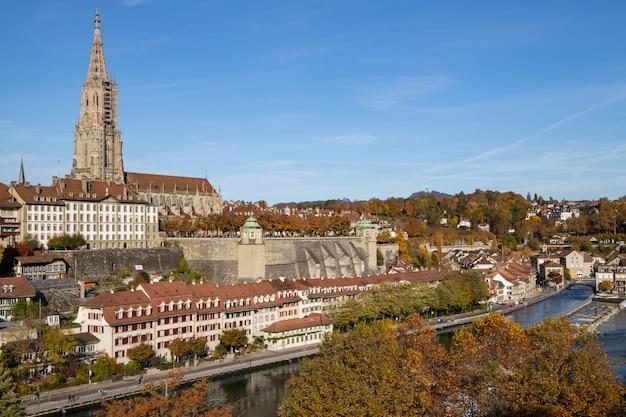 Uitzicht op berner munster en de rivier de aare in de herfst