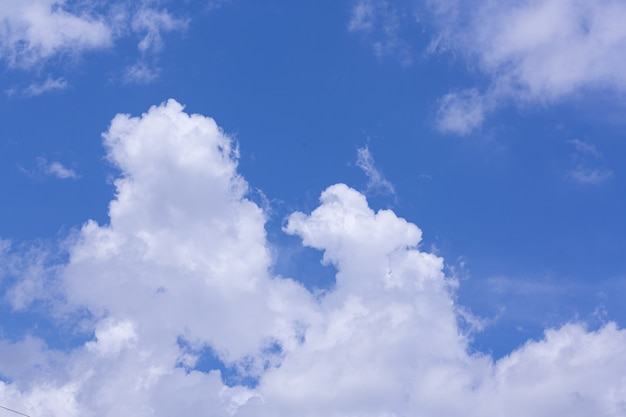 Uitzicht op blauwe lucht en wolk; natuur achtergrond