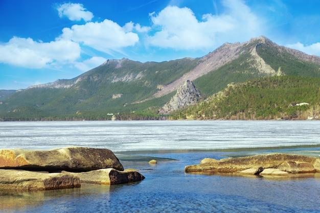 Uitzicht op borovoe lake is bedekt met ijs. lake ligt in het burabay national nature park in de republiek kazachstan.