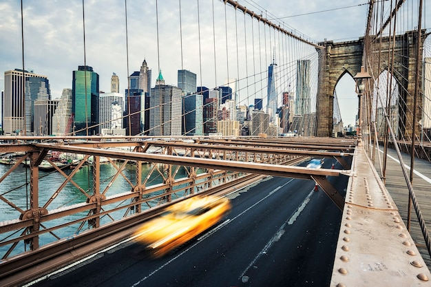 Uitzicht op brooklyn bridge in new york city.