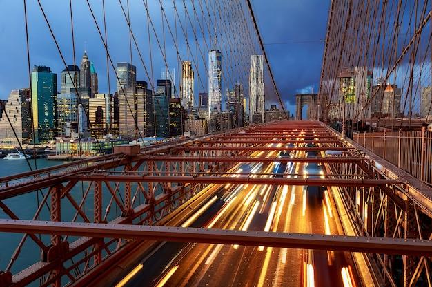Uitzicht op brooklyn bridge 's nachts met autoverkeer brooklyn bridge 's nachts