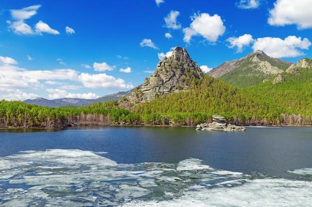 Uitzicht op burabai-meer met ijs en mysterieuze rots zumbaktas.