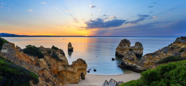 Uitzicht op camilo strand bij zonsopgang, algarve, portugal