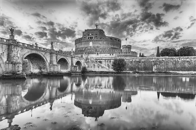 Uitzicht op castel sant'angelo fort en brug met prachtige reflecties op de rivier de tiber in rome, italië. aka mausoleum van hadrianus, het gebouw werd in de middeleeuwen gebruikt als kasteel door de pausen