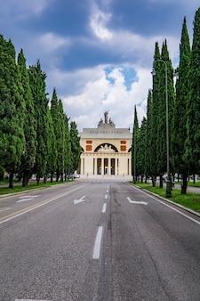 Uitzicht op cimitero monumentale di verona in italië, gebouwd in 1828