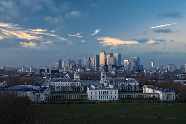 Uitzicht op city london met geweldige avondrood van greenwich hill, verenigd koninkrijk