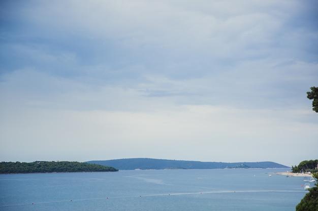 Uitzicht op de adriatische zee. donji seget. trogir. kanaal splitsen