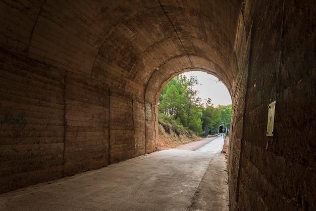 Uitzicht op de alcoi-greenway vanuit een van de tunnels