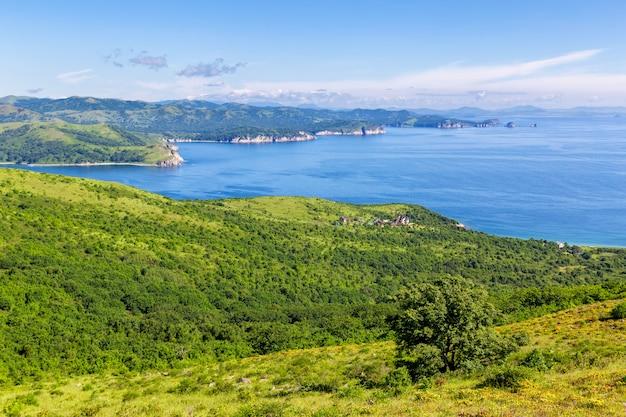 Uitzicht op de baai en de groene heuvels in het verre oosten van rusland