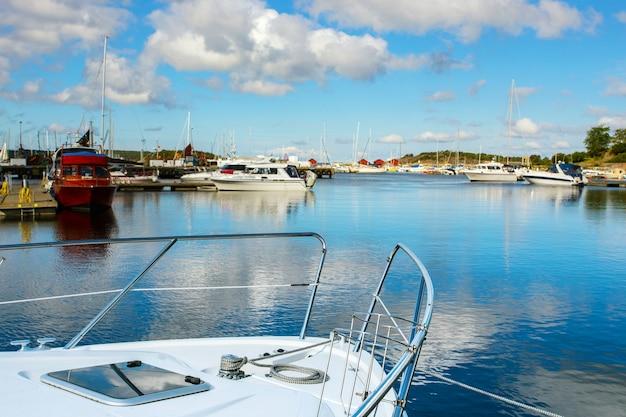 Uitzicht op de baai van de ochtend in een kleine zweedse stad, zweden. huizen en schepen tegen de lucht