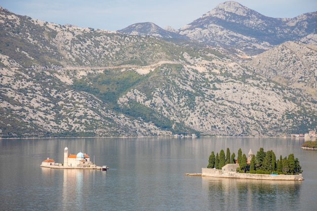Uitzicht op de baai van kotor met twee kleine eilanden - eiland sint-george en het eiland onze-lieve-vrouw van de rotsen in kotor, montenegro