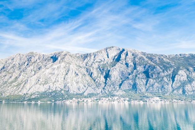 Uitzicht op de baai van kotor vanaf de zee, omringd door bergen in montenegro, een van de mooiste baaien ter wereld.
