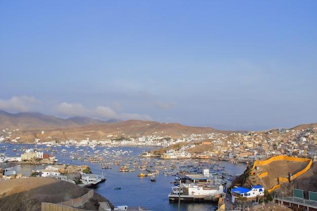 Uitzicht op de badplaats pucusana, lokale toeristische trekpleister in de zomer en constante visserijactiviteit gedurende het jaar.