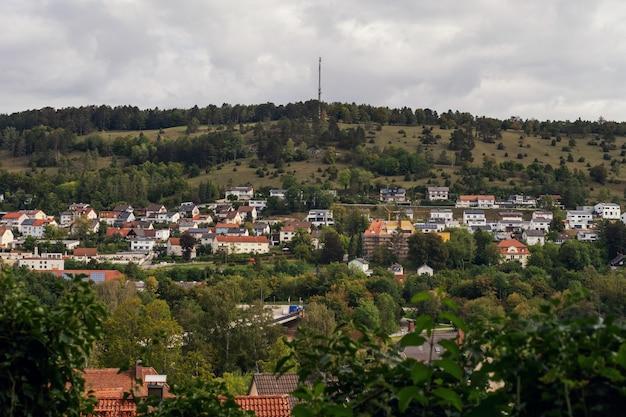 Uitzicht op de beierse stad in het prachtige herfstbos