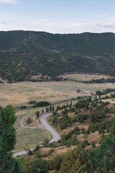 Uitzicht op de berg en de weg op de krim, zomervakantie
