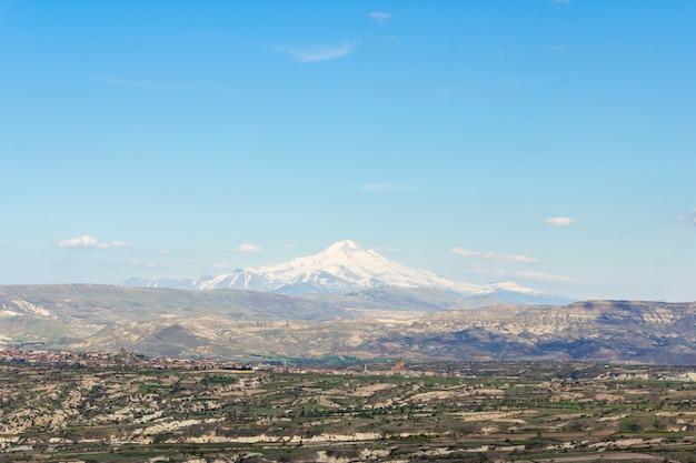 Uitzicht op de berg erciyes van uchisar castle in cappadocia region.
