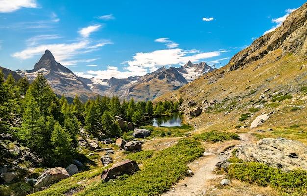 Uitzicht op de berg matterhorn vanaf een panoramisch parcours in de buurt van zermatt in de zwitserse alpen