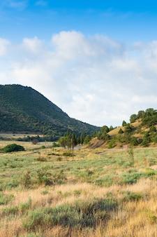 Uitzicht op de bergen en de weg in augustus, de krim, zomervakantie