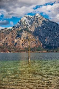 Uitzicht op de bergen en het meer in de alpen