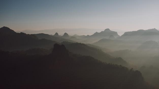 Uitzicht op de bergen en ochtendmist
