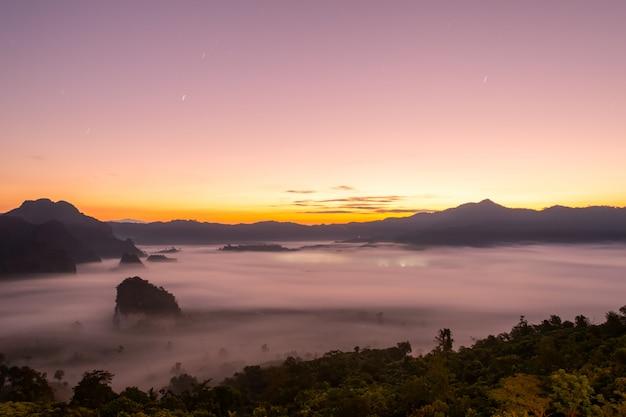 Uitzicht op de bergen en prachtige mist van phu langka national park, thailand