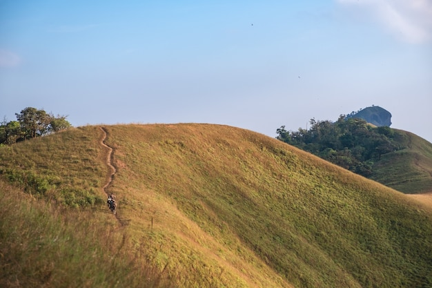 Uitzicht op de bergen met een prachtige natuur schilderachtige en blauwe hemelachtergrond