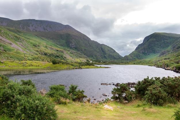 Uitzicht op de bergen over het meer in killarney national park