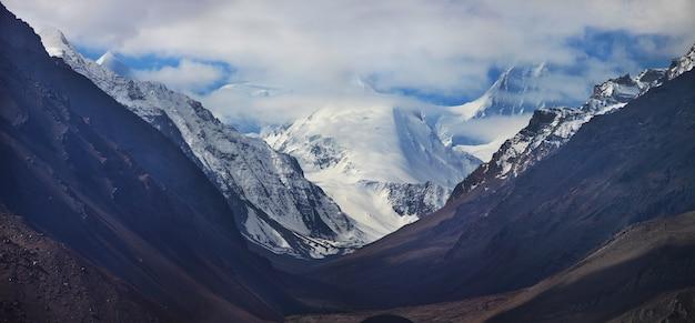 Uitzicht op de bergen van de hindu kush uit tadzjikistan