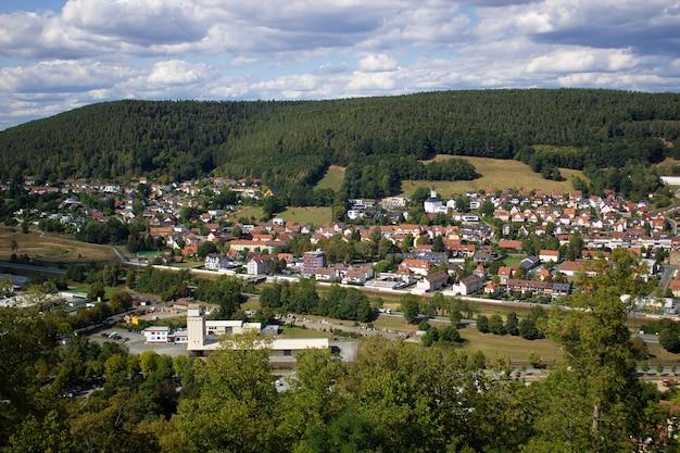 Uitzicht op de bergen van de stad, in duitsland. loop door het kasteelterrein.