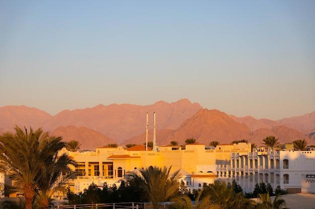 Uitzicht op de bergen van het sinaï-schiereiland en hotels in de ochtend.