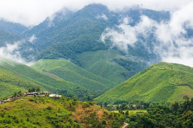 Uitzicht op de bergen van nan sapan thailand