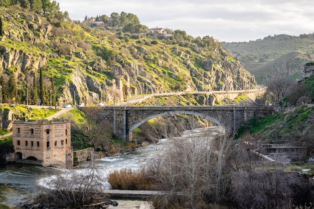 Uitzicht op de bergen van toledo landschap met rivier de taag op zonnige dag Premium Foto