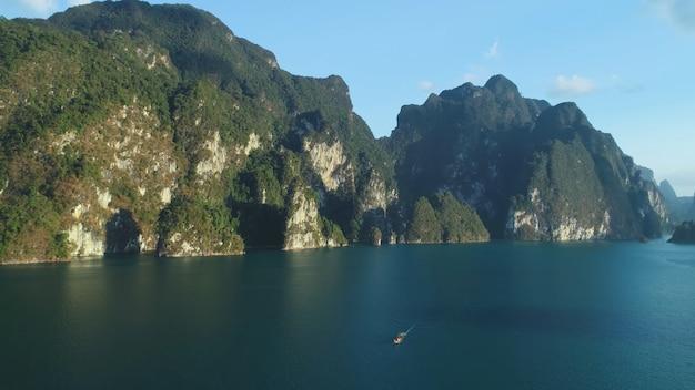 Uitzicht op de bergen vanaf de oceaanzijde thailand